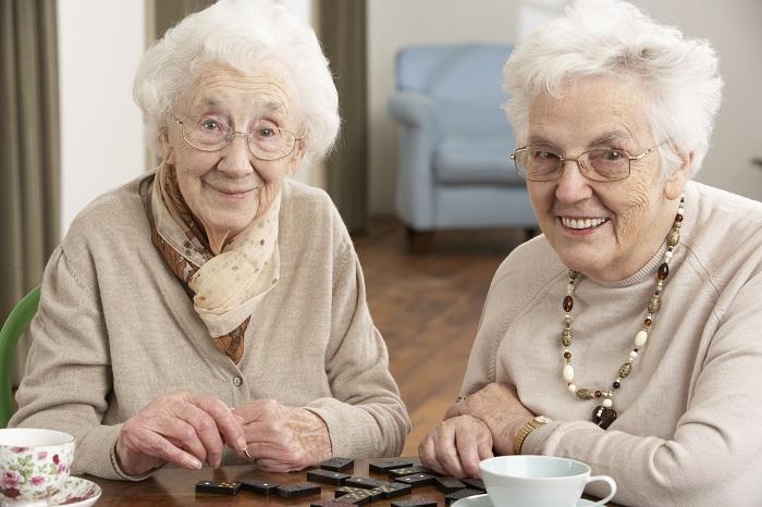 пенсионеры играют в домино