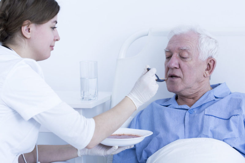 кормление лежачего больного