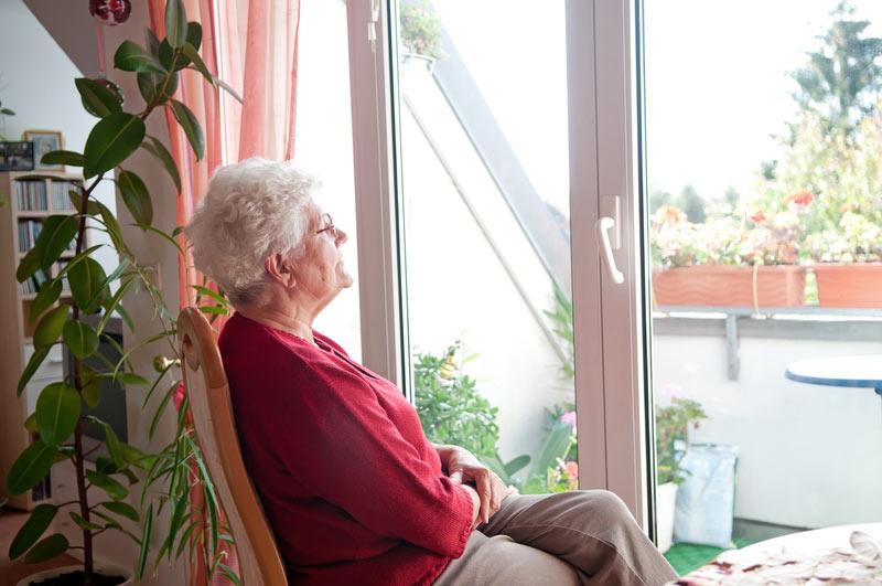 старушка в доме для пожилых